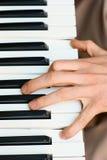Mains et joueur de piano Image stock