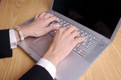 Mains et ordinateur portatif image stock