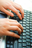 Mains et ordinateur portatif humains Photographie stock
