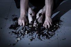 Mains et pieds avec la terre et des roches Images libres de droits