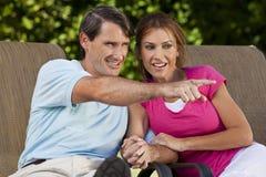 Mains et pointage heureux de fixation de couples de femme d'homme Image libre de droits