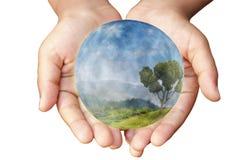 Mains et terre. Concept de la protection. image libre de droits
