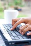 Mains féminines sur l'ordinateur portatif Image libre de droits