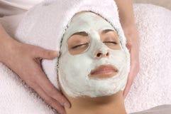 Mains faciales de masque de station thermale en fonction Images stock