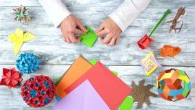 Mains faisant l'origami du Livre vert clips vidéos