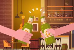 Mains faisant tinter des personnes de bière dans le concept encourageant de festival de célébration de partie de bar ou de restau Photo libre de droits