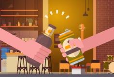 Mains faisant tinter des personnes de bière dans le concept encourageant de festival de célébration de partie de bar ou de restau Images stock