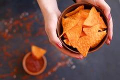 Mains faites maison de cuvette de prise de puces de nacho de tortilla photographie stock libre de droits
