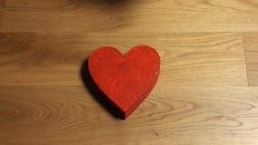 Mains femelles élégantes prenant quatre formes rouges de coeur de la pile Amour, soin, jour du ` s de Valentine, unité, famille banque de vidéos