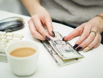 Mains femelles avec des billets de banque Photos libres de droits