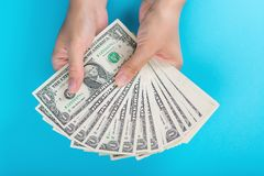 Mains femelles avec l'argent sur un fond bleu Concept d'économie Affectation d'argent photos libres de droits
