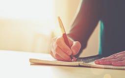 Mains femelles avec l'écriture de stylo Images libres de droits
