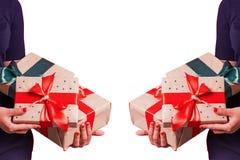 Mains femelles avec l'image retournée de studio de cadeaux image stock