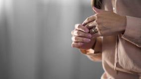 Mains femelles avec la bague de fiançailles de diamant là-dessus, le symbole du mariage et amour Images libres de droits