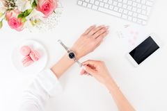 Mains femelles avec la montre-bracelet de port de manucure parfaite sur le lieu de travail Photos libres de droits