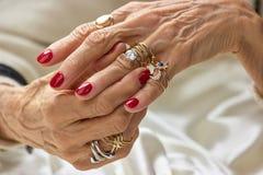 Mains femelles avec les anneaux d'or Photo libre de droits
