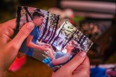 Mains femelles déchirant des photos d'amour Photographie stock libre de droits