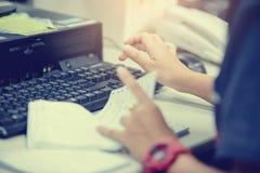 Mains femelles dactylographiant le clavier pour des données d'entrée photographie stock libre de droits