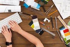 Mains femelles de concepteur dactylographiant sur le clavier d'ordinateur images libres de droits