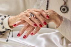Mains femelles de luxe avec la manucure rouge Photos libres de droits