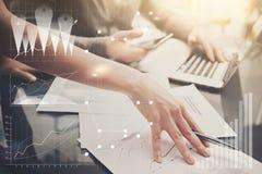 Mains femelles de photo avec le stylo Bureau moderne travaillant de projet d'investissement d'équipe de Businessmans Utilisant l' Images stock