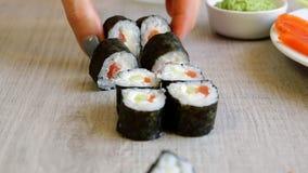 mains femelles de sushi de coupe de couteau macro banque de vidéos