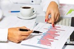 Mains femelles faisant la recherche, lors de la réunion d'affaires Image stock