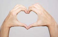Mains femelles faisant le coeur de forme Photo libre de droits