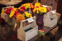 Mains femelles faisant un bouquet Photographie stock libre de droits