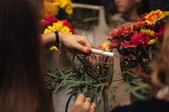 Mains femelles faisant un bouquet photo libre de droits