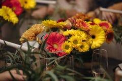 Mains femelles faisant un bouquet Image libre de droits