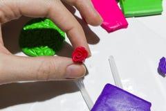 Mains femelles fonctionnant avec de l'argile de polymère Photos libres de droits