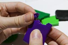 Mains femelles fonctionnant avec de l'argile de polymère Image stock
