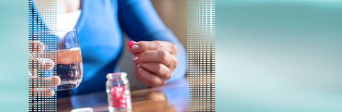 Mains femelles prenant le médicament Drapeau panoramique photographie stock