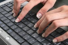 Mains femelles sur le clavier Image libre de droits