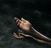Mains femelles sur le ciel orageux photographie stock