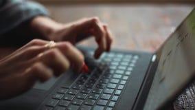 Mains femelles sur le clavier banque de vidéos