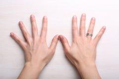 Mains femelles sur le fond clair Photo stock