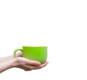 Mains femelles tenant des tasses de café ou de thé sur le fond blanc Photos stock