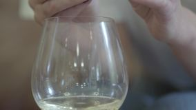 Mains femelles tenant l'anneau de mariage sous le verre de vin blanc L'alcool potable de femme en raison des problèmes de famille clips vidéos