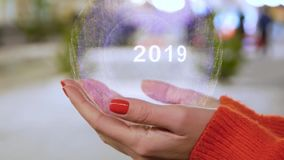 Mains femelles tenant l'hologramme 2019 banque de vidéos