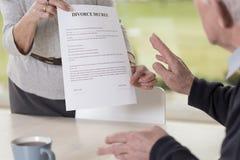 Mains femelles tenant le papier de divorce Photos libres de droits