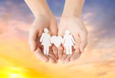 Mains femelles tenant le pictogramme gai de papier de couples Photos libres de droits