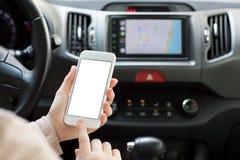 Mains femelles tenant le téléphone avec la navigation c de carte d'écran Image libre de droits