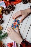 Mains femelles tenant un biscuit britannique de drapeau Images libres de droits