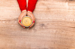 Mains femelles tenant une tasse de café chaud Photo stock