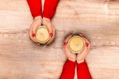 Mains femelles tenant une tasse de café chaud Photos libres de droits