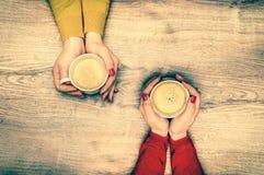 Mains femelles tenant une tasse de café chaud - rétro style Photographie stock