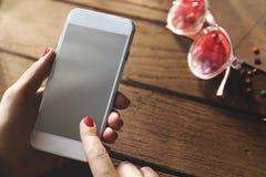 Mains femelles textotant le concept de téléphone Images stock