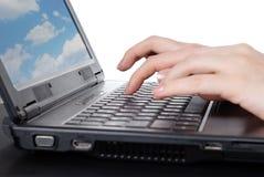 Mains travaillant sur l'ordinateur portable Photo libre de droits